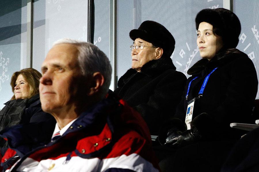 在冬奧會開幕儀式的看台上,彭斯(前)坐在前面,金與正(後排右一)和金永南(後排右二)坐在相隔幾個座位的後排,但彭斯沒有看他們,更沒有任何其它互動。(PATRICK SEMANSKY/AFP/Getty Images)