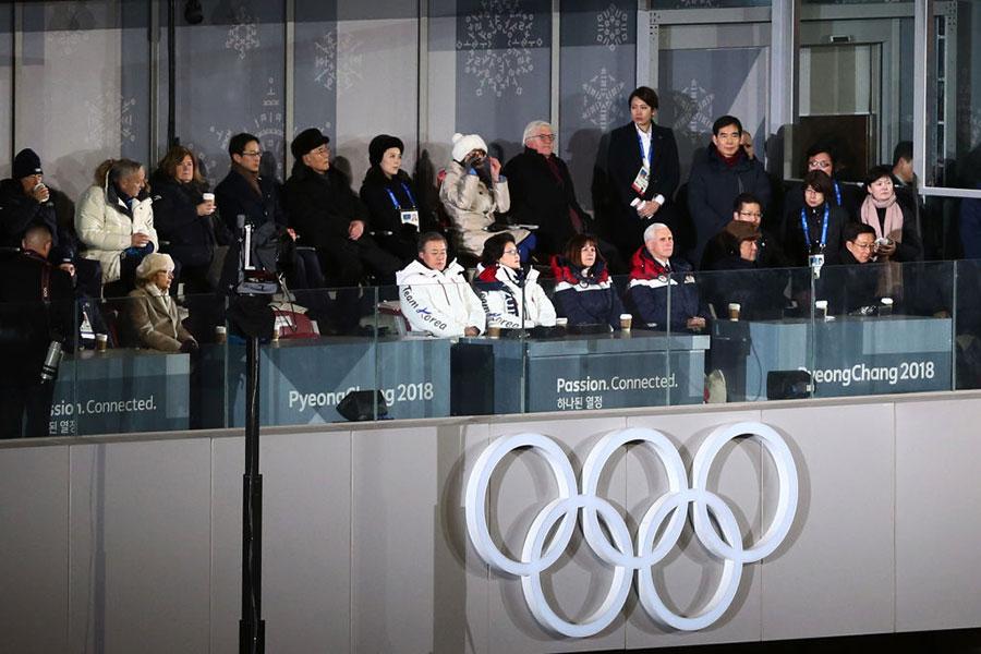 冬奧會開幕儀式的看台上,中方派遣的「習近平特使」韓正坐在前排右一,位置被邊緣化。(Dan Istitene/Getty Images)