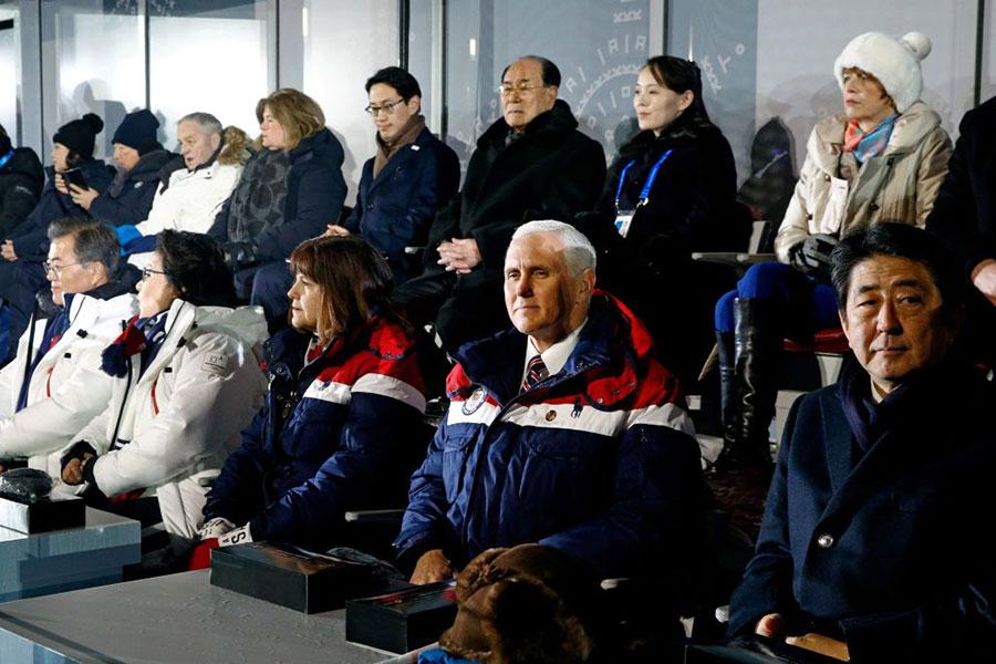 冬奧會開幕儀式的看台上,中方派遣的「習近平特使」韓正由於坐得太靠邊,很多照片上都沒有他。(PATRICK SEMANSKY/AFP/Getty Images)