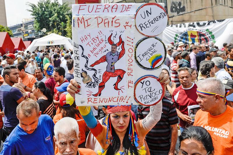 2016年5月2日,委內瑞拉反對陣營提交185萬人的聯署,要求選委會舉辦公投,讓總統馬杜羅下台。(Getty Images)