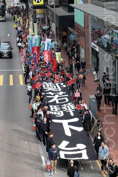 民陣昨日下午舉行DQ鄭若驊遊行,近千名市民參與。(李逸/大紀元)