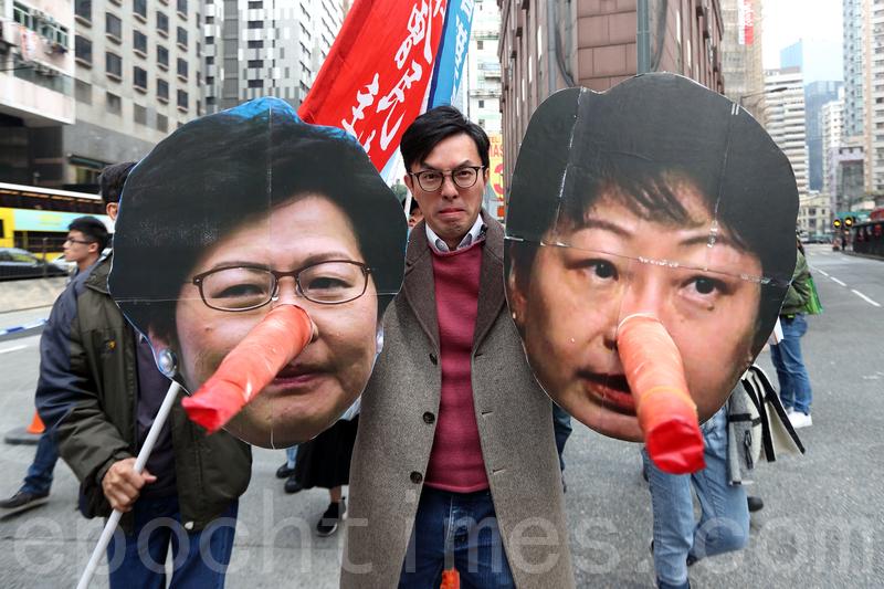 社民連主席吳文遠手持鄭若驊長鼻子道具諷刺她是「大話精」。(李逸/大紀元)