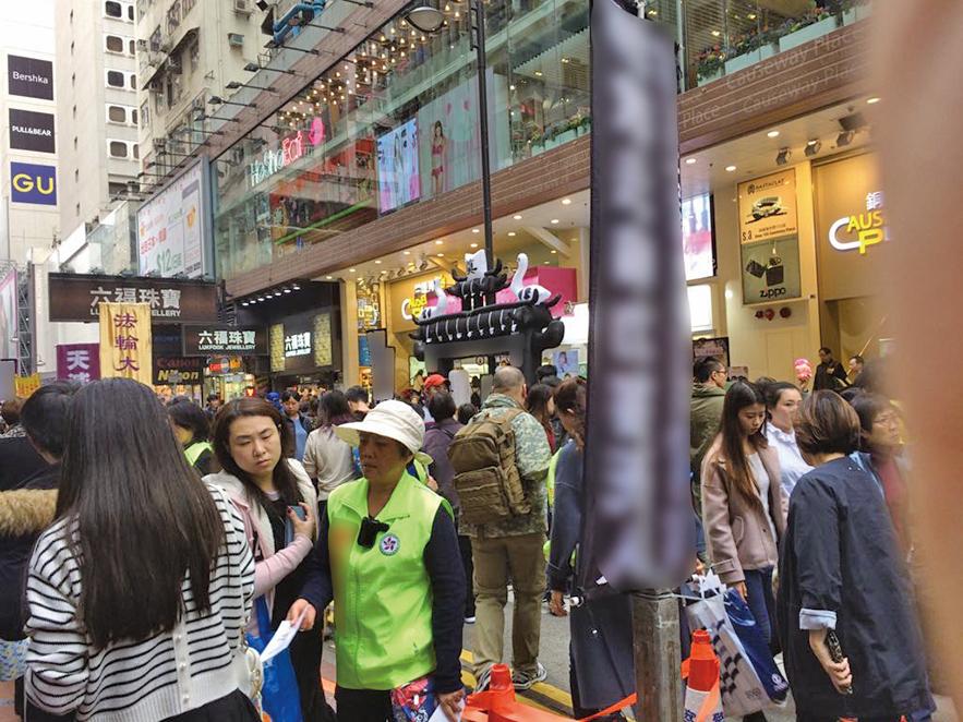 中共外圍組織青關會去年底以來在銅鑼灣記利佐治街以大型「靈堂」道具滋擾法輪功真相點,引起市民遊客反感。(大紀元資料圖片)