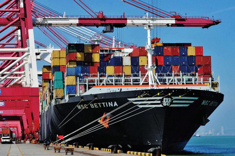 去年12月,中、港進出口貿易數據差距,達到破紀錄的19億美元,多個經濟學家認為,該情況是由於虛假貿易發票交易。圖為停泊在山東青島港口的一艘貨運船。(AFP)