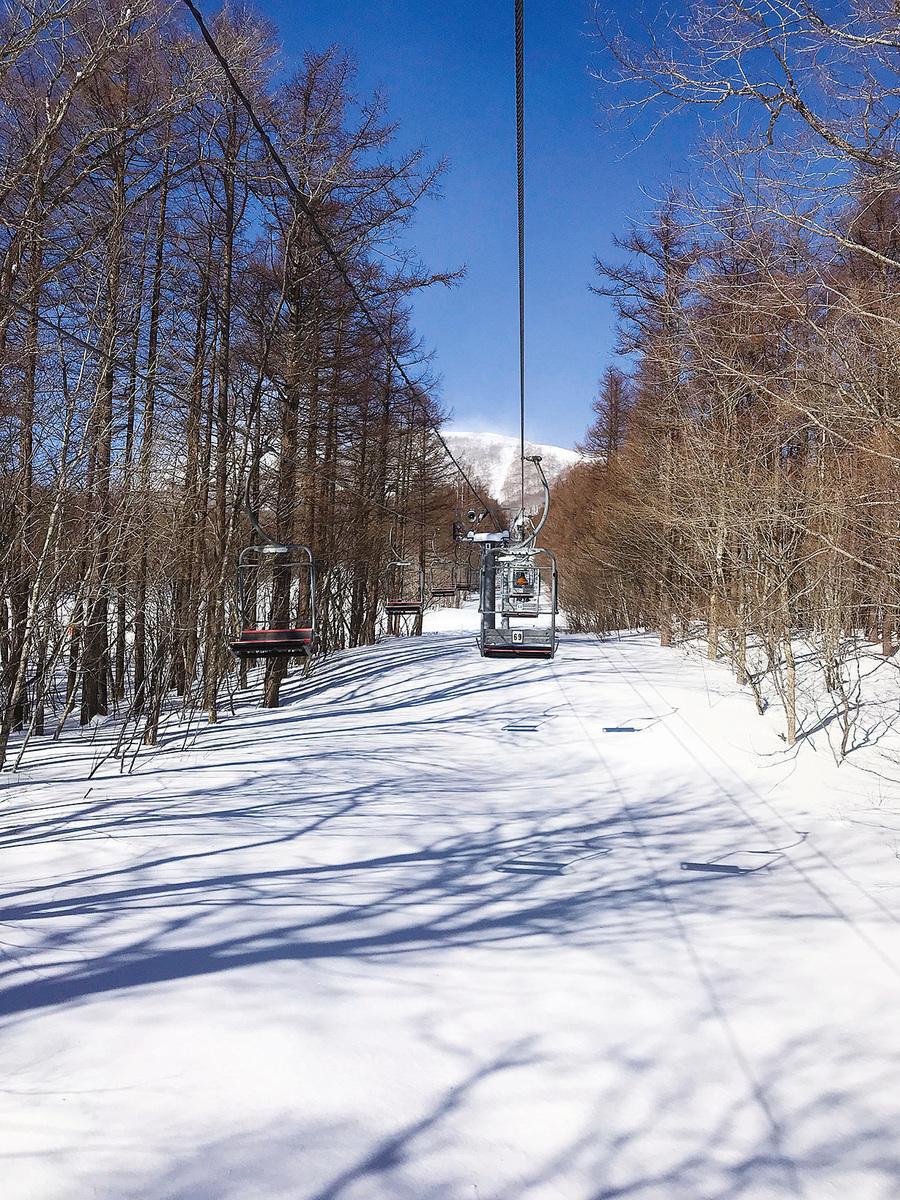 從酒店直接坐纜車便到達位於山腰的滑雪場。(倪君/大紀元)