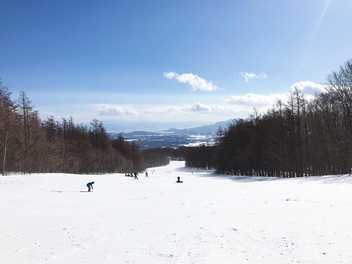雪道從山頂上綿延而下。(倪君/大紀元)
