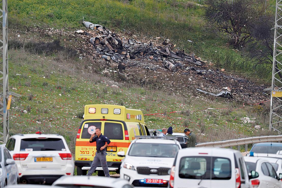 以色列一架F-16戰鬥機周六(2月10日)在攔截敘利亞境內起空的伊朗無人機後,被敘利亞炮火擊落。圖為F-16戰鬥機墜毀現場。(AFP)