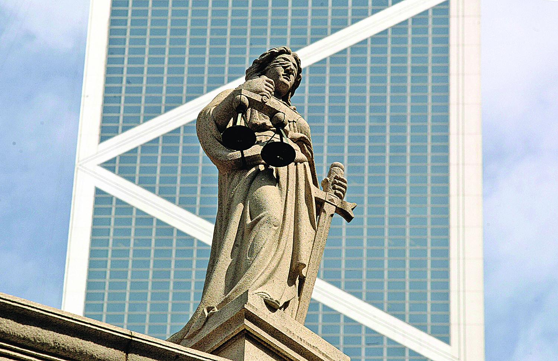 新聞自由和司法獨立,是現代社會維持公平正義的基石。圖為香港原立法院大樓頂上的司法女神塑像。(Getty Images)