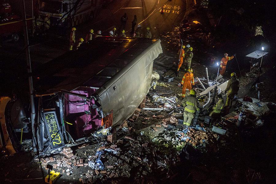 2月10日傍晚6時15分許,一輛從馬場開出的872號線九巴,在駛經大埔公路大埔滘段時,疑因超速失控翻側,釀成19死超過60傷慘劇。(ISAAC LAWRENCE/AFP/Getty Images)