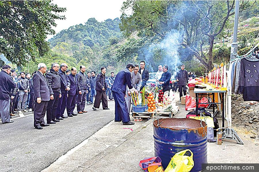 路祭在2月11日下午4時許進行,政務司司長張建宗帶領官員出席。(郭威利/大紀元)