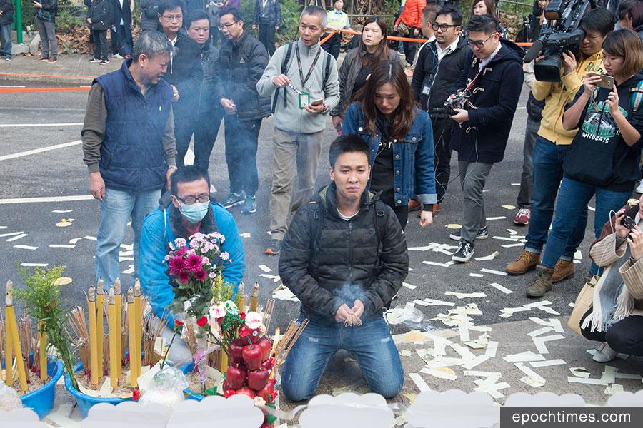 路祭在2月11日下午4時許進行。圖為遇難者家屬在現場拜祭。(郭威利/大紀元)