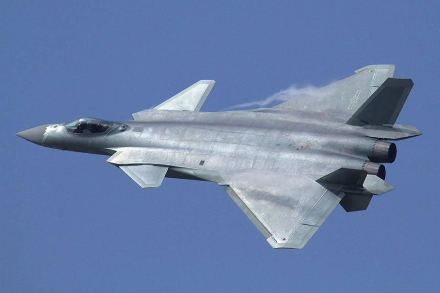 「竊取軍事技術」在中共建政之初就已經出現,近年來似乎已經成為其發展軍事的一個國家戰略,而且越演越烈。其多樣的偷竊手段令西方國家咋舌。圖為中共的殲-20戰鬥機。(Alert5/Wikimedia commons)
