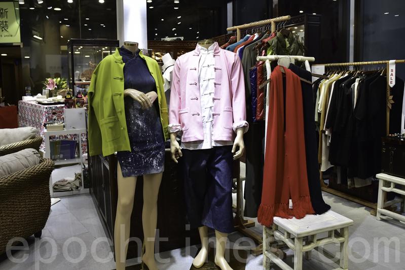 店內陳列的中式旗袍和長衫全部出自Janko「新裝如初」品牌和設計,且在香港手工製作。(郭威利/大紀元)
