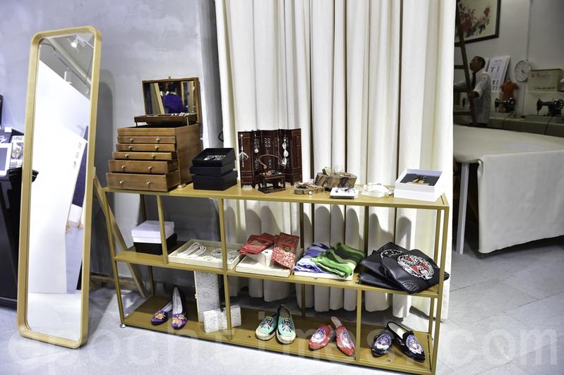 店內除中式服裝,亦有中式文化精品及飾物。(郭威利/大紀元)