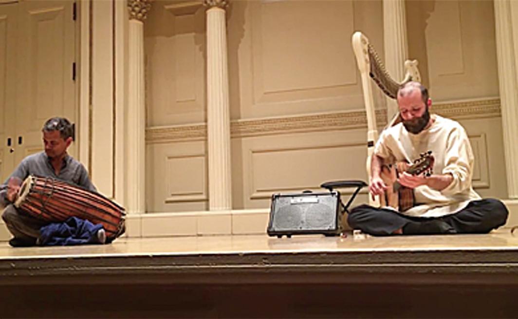 2018年1月31日瑞比克(右)在世界著名音樂殿堂——紐約卡內基音樂廳的演出。(影片截圖)