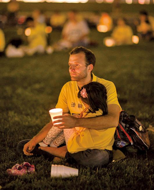 2015年,瑞比克和女兒在華盛頓特區參加7.20反迫害燭光守夜活動。(Nemanja Rebic/Facebook)