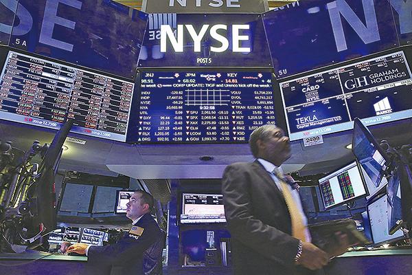 美股上週四全面重挫,上周四(8日)道指暴跌1,032點。(Getty Images)
