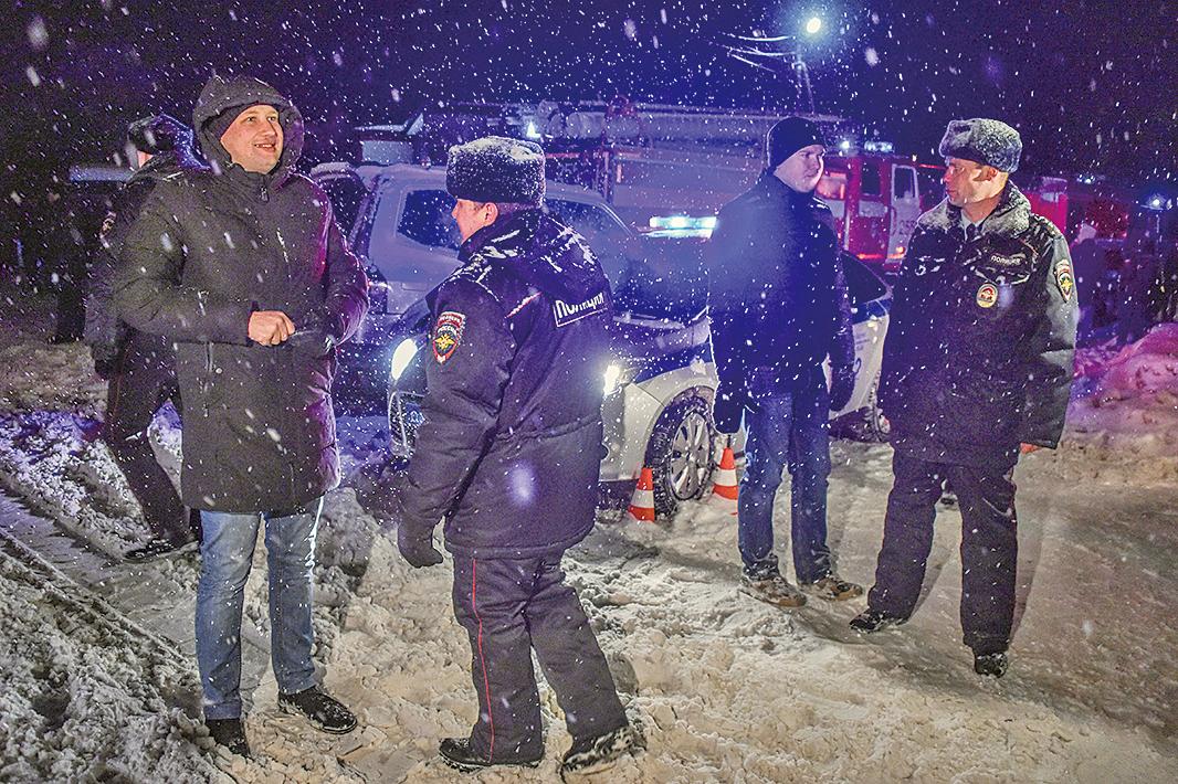 周日(2月11日),俄羅斯一架民航客機在莫斯科起飛後,不幸墜毀,機上的71人全部遇難。圖為警方在飛機墜毀現場附近阻斷道路。(AFP)