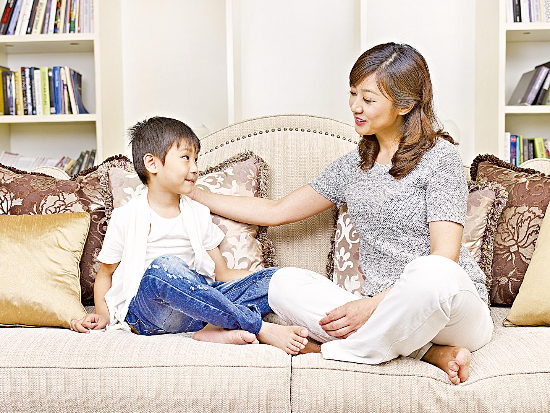 專家建議家長根據孩子的年齡段和理解力,與他們探討天災人禍事件,以幫助他們減輕恐懼感。(Fotolia)