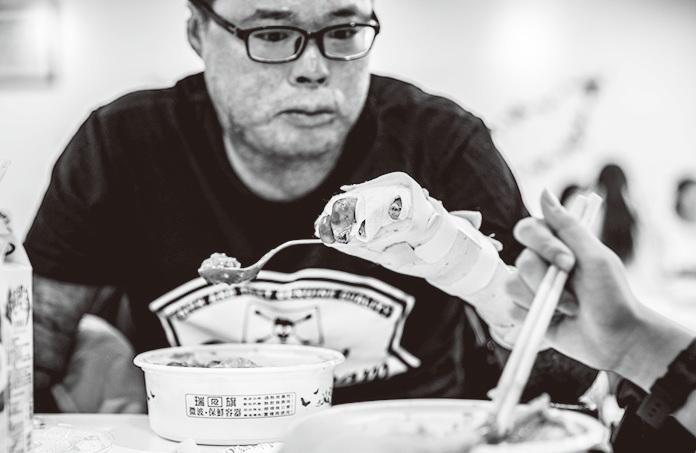 黃博煒為了用僅剩的、手腕不能彎曲的左手拿叉子吃東西,他練習了好久,練到肩膀都快抽筋。(黃博煒提供)