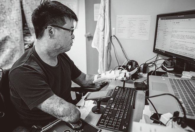 黃博煒以他僅剩的左手,一字一句用觸控筆點字完成9萬字的書稿,書中記錄下兩年多來的復原之路。(黃博煒提供)