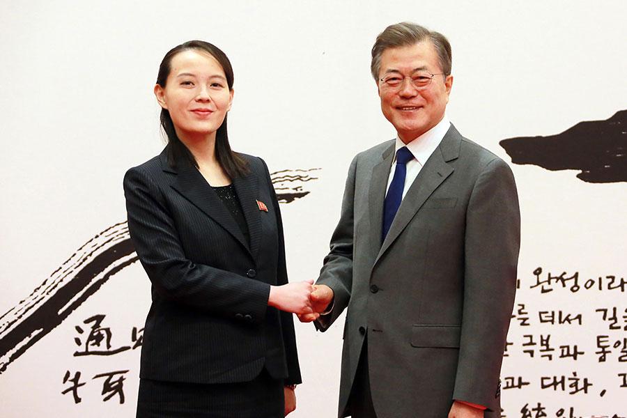 圖為南韓總統文在寅與北韓領導人金正恩胞妹金與正會晤。(AFP/Getty Images)
