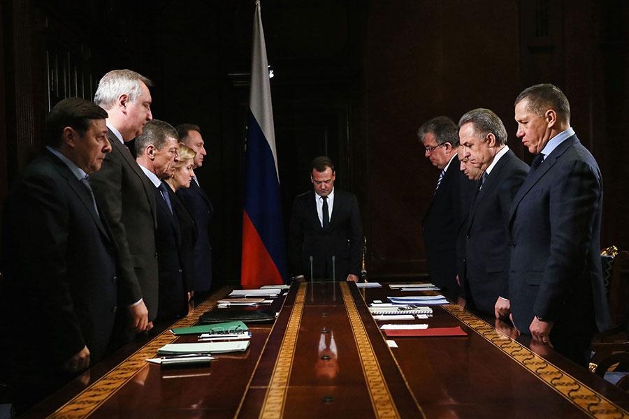 2月12日,俄羅斯總理德米特里·梅德韋傑夫(Dmitry Medvedev)和副總理們周一默哀一分鐘。(YEKATERINA SHTUKINA/AFP/Getty Images)