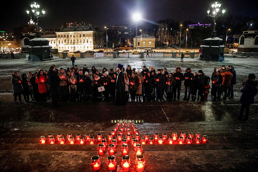 2月12日,人們在莫斯科的基督救世主主教座堂(Christ the Savior Cathedral)前舉行燭光紀念,悼念周一在飛機墜毀事件中遇難的乘客和機組人員。(MAXIM ZMEYEV/AFP/Getty Images)