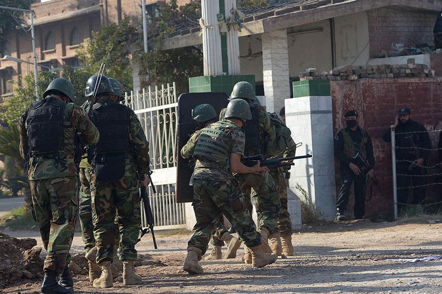 2017年12月1日,塔利班襲擊巴基斯坦一所學院。圖為巴基斯坦士兵在襲擊現場救援。(ABDUL MAJEED/AFP/Getty Images)