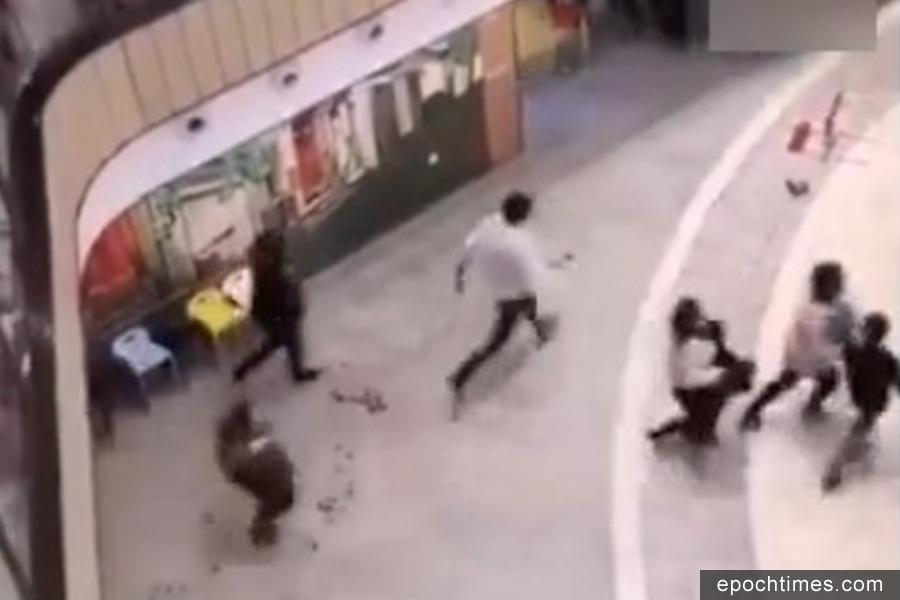 2月11日,西單大悅城商場內有人持械行凶,現場13人受傷,一女子死亡。現場民眾驚慌呼喊逃跑。(視像擷圖)