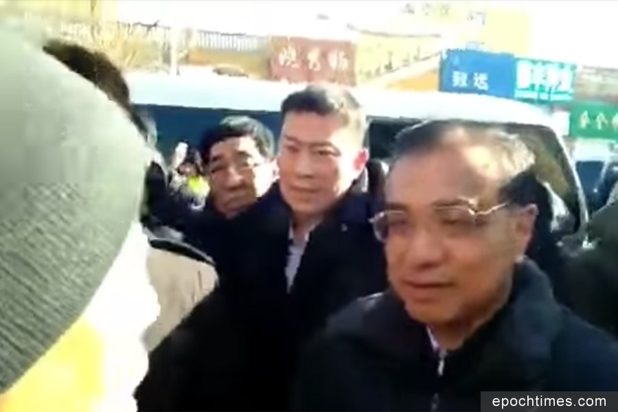 2月12日,一名男子向正在吉林考察的中共國務院總理李克強喊冤。(視像擷圖)