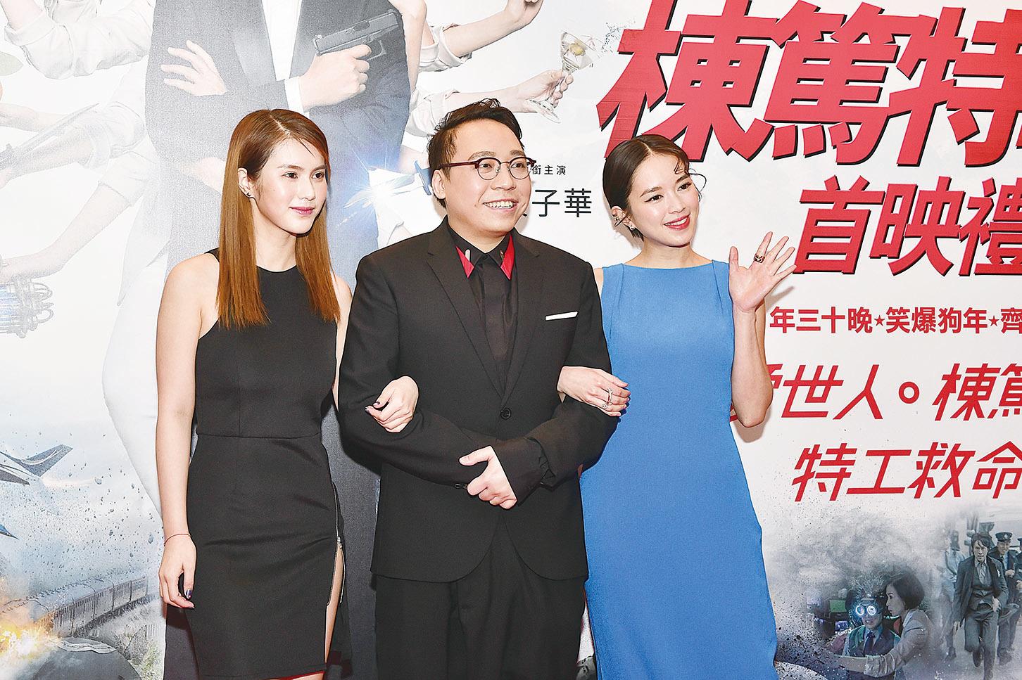 C君(中)在首映禮做司儀,有美女鄧月平(左)與蘇麗珊相伴表現風騷。(郭威利/大紀元)