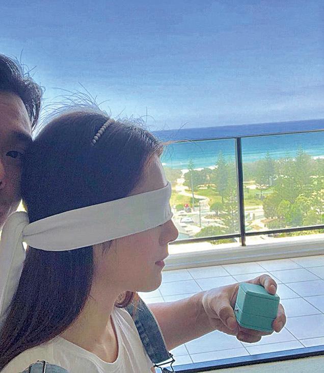 苟芸慧在社交網站放上男友陸漢洋向她求婚的相片,既甜蜜又浪漫。(苟芸慧facebook)