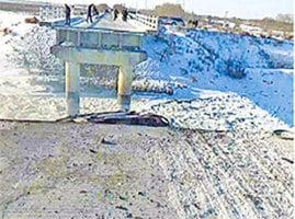 黑龍江大橋中段坍塌  兩車墜落相撞起火