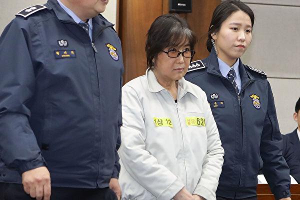 圖為今年1月5日出現在法庭上的崔順實(中)。(Chung Sung-Jun/Getty Images)
