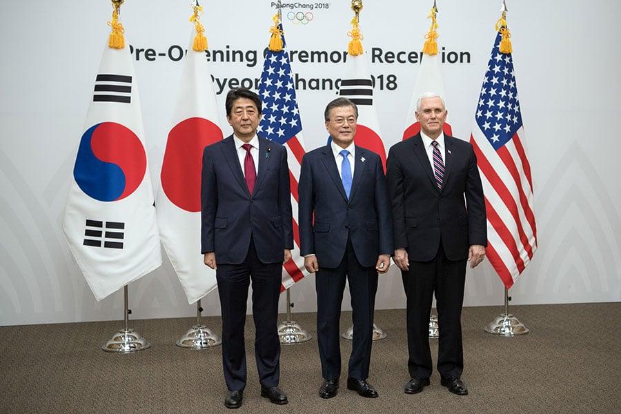 美國副總統彭斯結束亞洲行返抵華府,周一,他發推文表示,不論南北韓對話還是美韓對話,都不會改變美國和盟國加大力度對北韓獨裁者金正恩施壓的立場。(Carl Court/Getty Images)