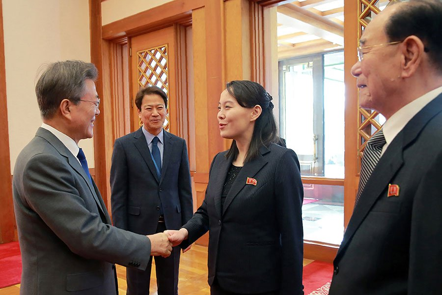 2月10日,南韓總統文在寅與北韓領導人金正恩親妹金與正會晤。(STR/AFP/Getty Images)