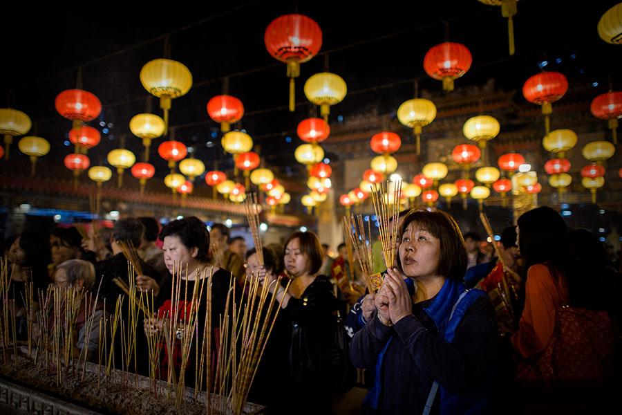 中國新年期間,大批善信到黃大仙祠上香祈福。(PHILIPPE LOPEZ/AFP/Getty Images)