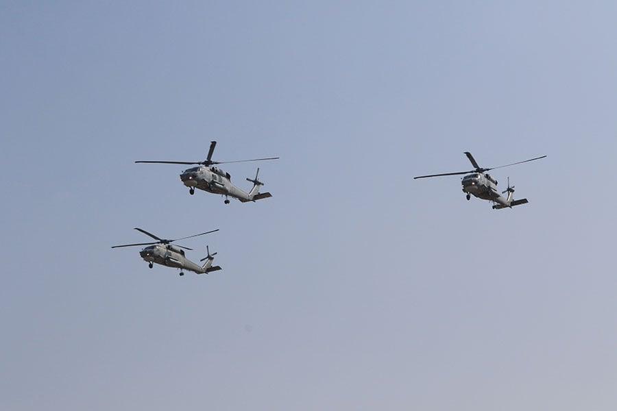 圖為台灣海軍艦艇指揮部展演三部反潛直昇機S-70c,人員5分鐘內就位升空,低空飛過向總統蔡英文致敬。(台灣海軍艦艇指揮部)