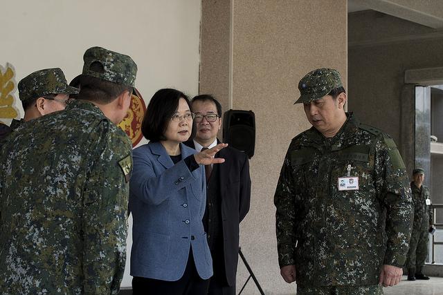 即將過年,台灣總統蔡英文視導陸軍八軍團及海軍艦艇指揮部,聽取作戰簡報。(台灣總統府)