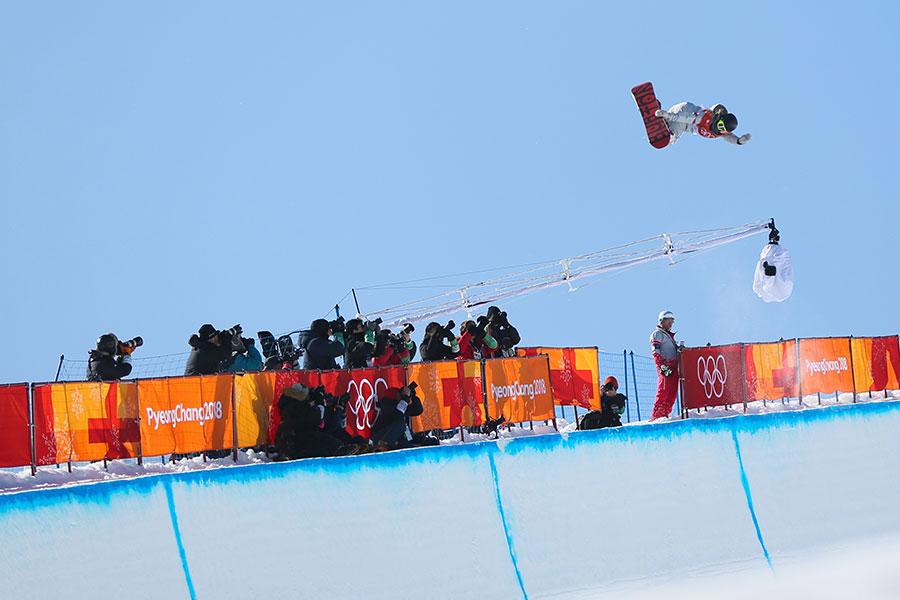韓裔美籍小將克洛伊・金(Chloe Kim)以其精彩的表演奪得單板滑雪女子半管(halfpipe)冠軍。(Laurent Salino/Agence Zoom/Getty Images)