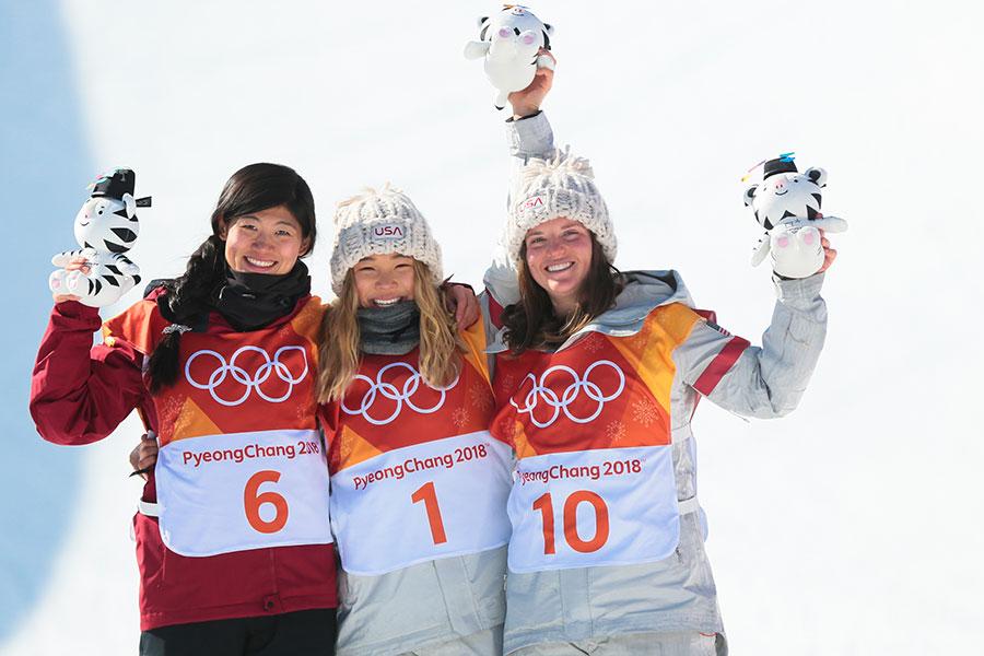 17歲的韓裔美籍小將克洛伊・金(Chloe Kim),以近滿分的98.25的成績,摘得單板滑雪女子半管(halfpipe)冠軍,成為冬奧史上該領域最年輕的女子金牌得主。圖為金銀銅牌獲得者克洛伊・金、中國選手劉佳宇和美國選手阿里爾・高特(Arielle Gold)。(Laurent Salino/Agence Zoom/Getty Images)