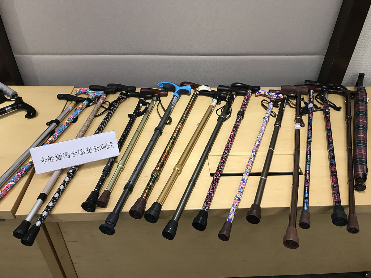 消委會發現多款手杖及手杖傘安全表現未如理想。(王文君/大紀元)