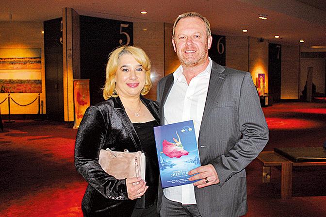 2月13日晚,當地一家知名醫學美容中心老闆Koulos夫婦觀賞了神韻在澳洲的最後一場演出。(駱亞/大紀元)