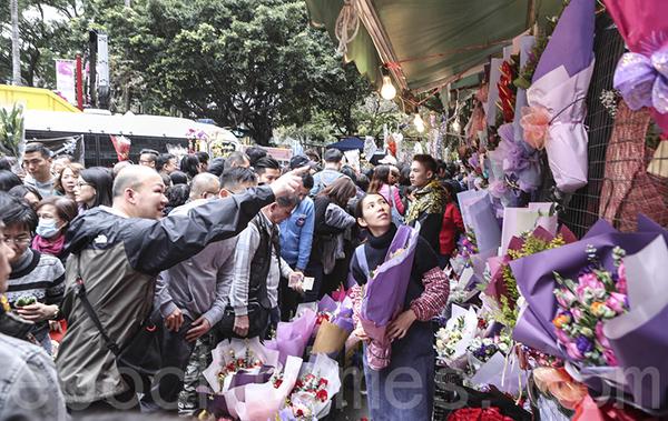 昨日不少男士趁情人節,趕到旺角花墟買花送給另外一半,花墟人頭湧湧。(余鋼/大紀元)