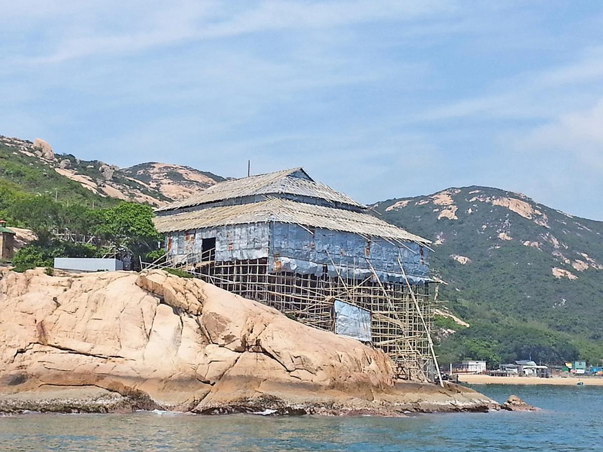 圖為2013年蒲台島的天后誕神功戲棚搭建在懸崖上,充份顯示了戲棚搭建技藝因地制宜的特點。(陳煜光提供)
