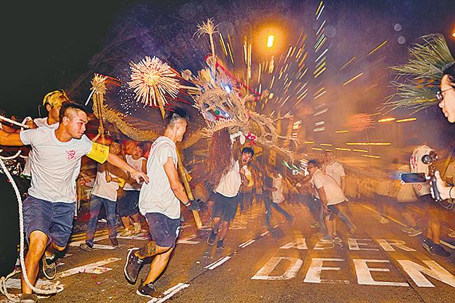 圖為2017年中秋節當晚,年青健兒在薄扶林道上舞動火龍。(香港科學館提供)