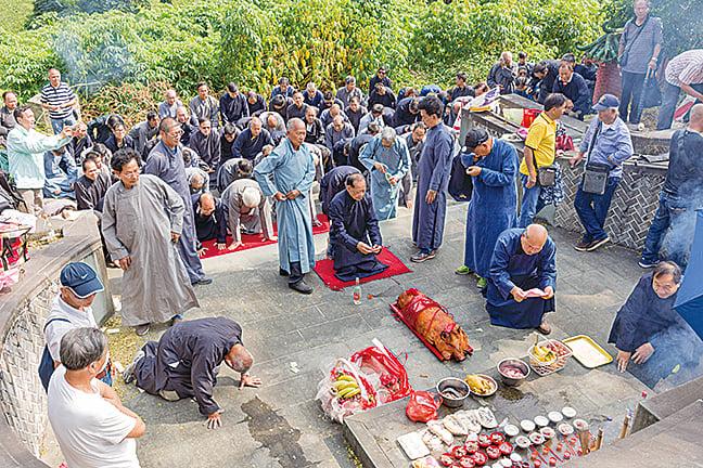 圖為2017年元朗錦田鄧族在二世祖鄧粵冠的墓前進行秋祭儀式。(香港科學館提供)
