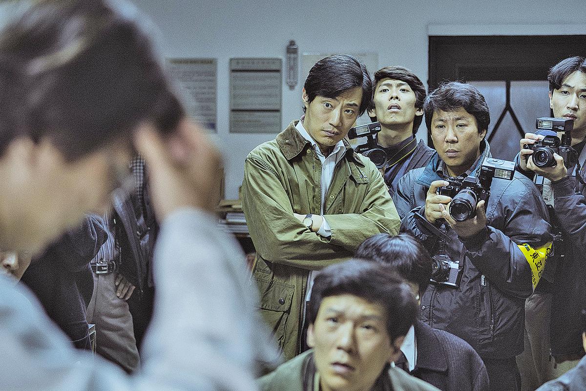 南韓1987年,在那個動盪的年代,一件小的事情,一個青年的死亡,是如何引發整個國家的覺醒,人們到底要怎樣做才能對抗獨裁與不公?記者尹尚三(李熙俊 飾)發現大學生的死因是窒息,事情因而在各大媒體上曝光。