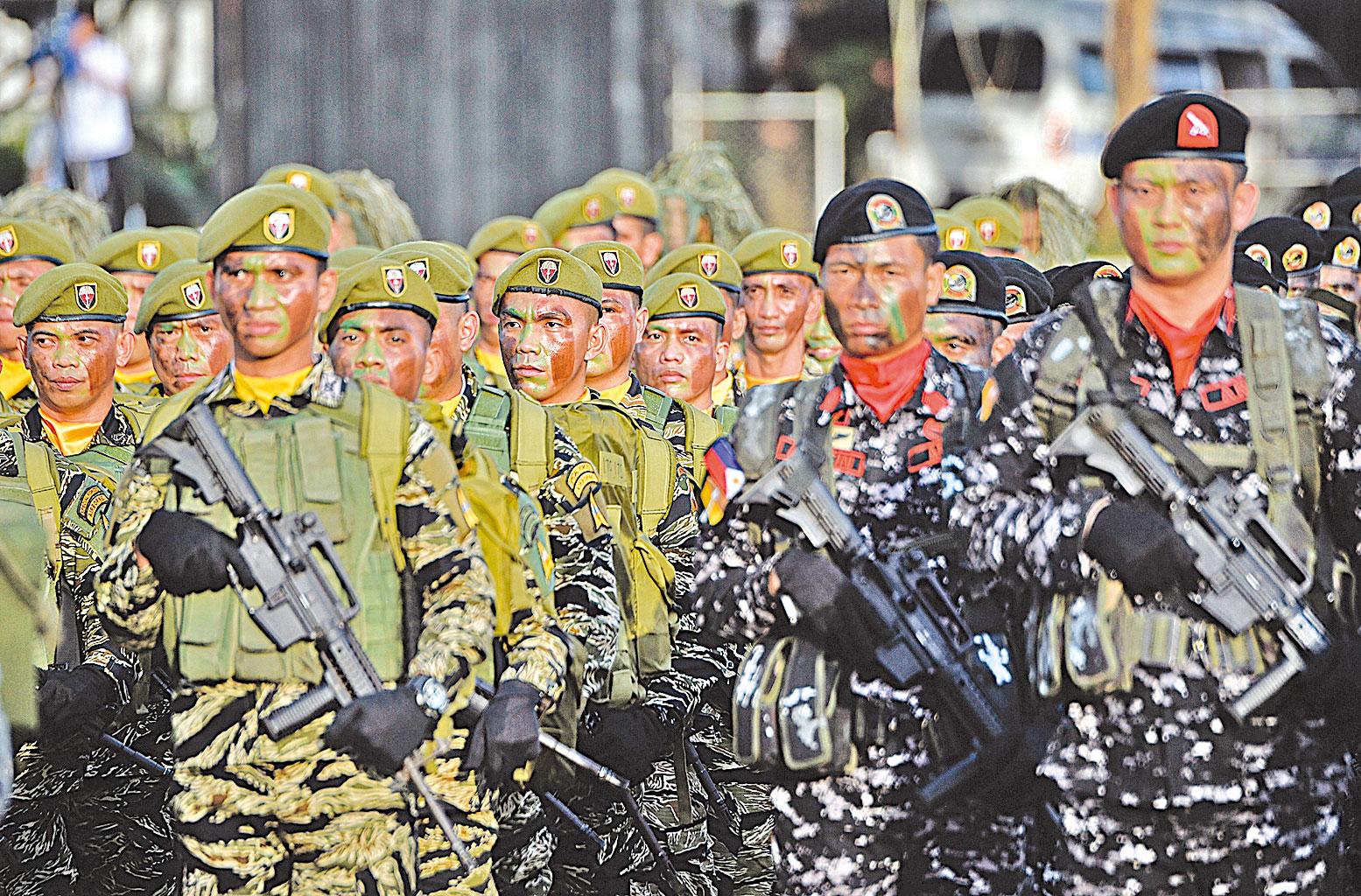 菲律賓政府剿滅菲共勢力,收效顯著。圖為2017年12月20日,菲律平治兵在馬尼拉郊外的奎松市阿奎納爾多營舉行儀式,紀念軍人周年紀念儀式,由總統杜特爾特出席儀式。(Getty Images)